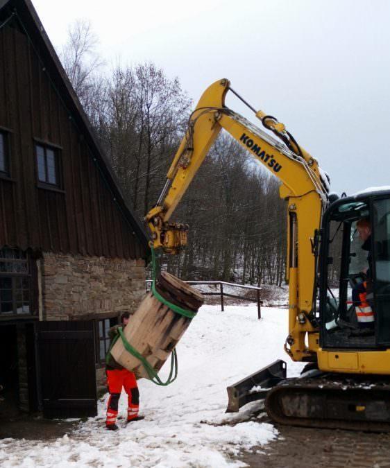 Reparatur der Ambos-Stöcke im Hammerwerk